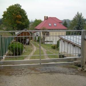 Křídlová, elektricky ovládaná brána na pozemek rodinného domu