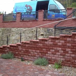 Kovové zábradlí u pozvolného schodiště