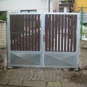 Vjezdová křídlová brána klasické konstrukce s dřevěnými plotovkami