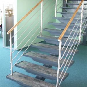 Moderní zábradlí u schodiště v průmyslové budově