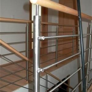 Detail na provedení kovového zábradlí v domě
