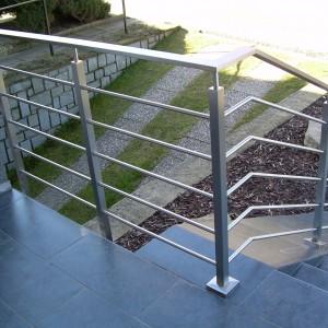 Nerezové zábradlí u terasy a schodiště rodinného domu