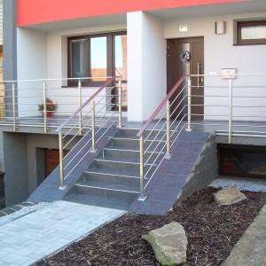 Moderní systém nerezového zábradlí před domem od firmy Konsorcium - KOVO