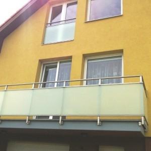 Mohutné bezpečnostní zábradlí se skleněnou výplní na terase rodinného domu