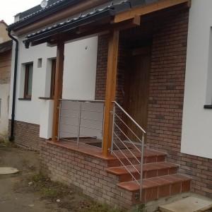 Zábradlí u malé vstupní terasy a krátkého schodiště u rodinného domu