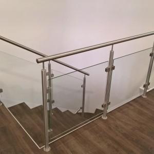 Kovové zábradlí se skleněnou výplní u terasy a schodiště uvnitř domu
