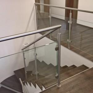 Systém designového nerezového zábradlí se skleněnou výplní uvnitř budovy - rodinného domu