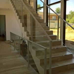Elegantní moderní zábradlí u vysokého schodiště v novém domě