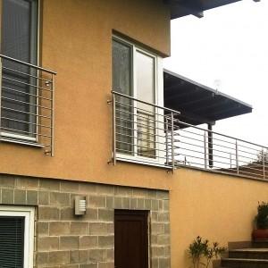 Bezpečnostní kovové zábradlí u oken rodinného domu a také na terase