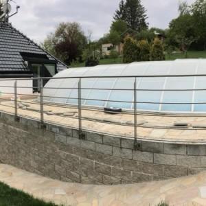 Kovové zábradlí na terase kolem venkovního krytého bazénu