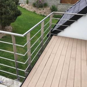 Pevné nerezové zábradlí na terase rodinného domu od firmy Konsorcium - KOVO