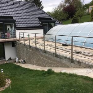 Celkový pohled na zábradlí kolem venkovního krytého bazénu