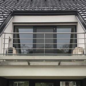 Jednoduchá konstrukce nerezového zábradlí na terase rodinného domu