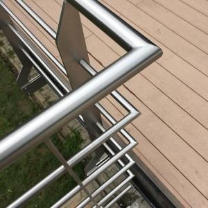 Ostrý záhyb nerezového zábradlí na terase domu