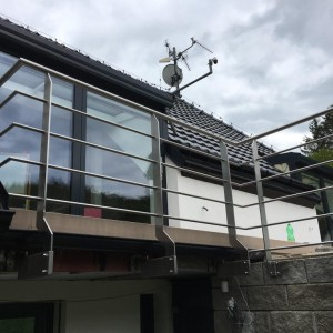 Pevné nerezové zábradlí na terase rodinného domu
