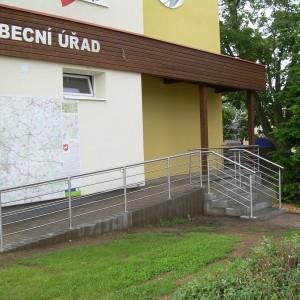 Kovové zábradlí u schodiště a bezbariérového přístupu na obecní úřad