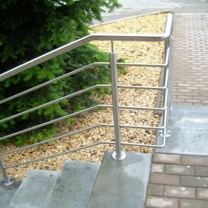Nerezové zábradlí u schodiště a plošiny pro kočárky a vozíčkáře