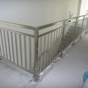 Masivní kovové zábradlí uvnitř domu od firmy Konsorcium - KOVO