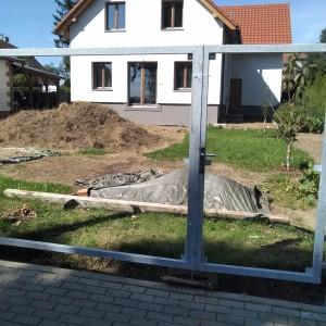 Konstrukce vznikající brány u rodinného domu od firmy Konsorcium - KOVO