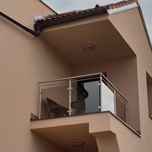 Zakázkové nerezové zábradlí se skleněnou výplní na balkonové lodžii rodinného domu