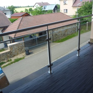 Nerezové zábradlí se skleněnou výplní na balkonové lodžii