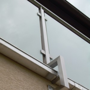 Detail zábradlí a jeho kotvení na terase domu, zakázková výroba od firmy Konsorcium - KOVO