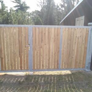 Křídlová brána s ocelovou konstrukcí a dřevěnými plotovkami