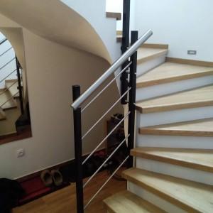 Atypický systém zábradlí na malém prostoru kolem schodiště v domě