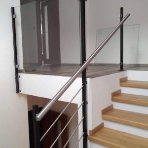 Systém zábradlí na terase a kolem schodiště uvnitř domu