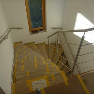 Atypický systém zábradlí kolem schodiště v domě