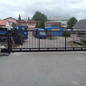 Velká průmyslová posuvná brána kovové konstrukce