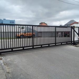 Černá průmyslová vjezdová brána od firmy Konsorcium - KOVO