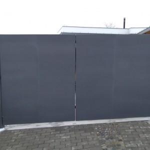 Tmavě šedá vjezdová brána od firmy Konsorcium - KOVO