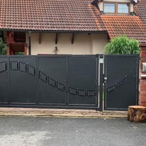 Elegantní a přitom masívní vjezdová brána s designovým prvkem