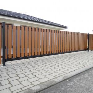 Velká vjezdová brána v šířce dvou vjezdů do garáží u rodinného domu