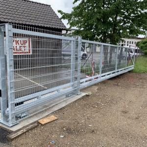 Průmyslová posuvná brána kovové konstrukce