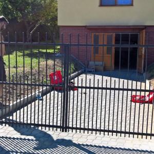 Křídlová vjezdová brána u rodinného domu od firmy Konsorcium - KOVO