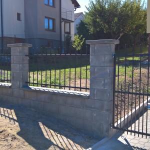 Okraj vjezdové brány a její navázání na pilíř plotu kolem rodinného domu