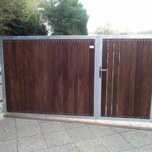 Kovová křídlová brána s dřevěnou výplní