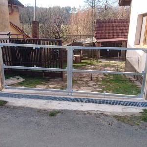 Kovové rámy pro budovanou vjezdovou bránu