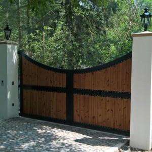 Posuvná brána dekorativního vzhledu s dřevěnou výplní