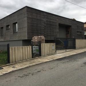 Systém oplocení kolem rodinného domu, kombinace kovového a betonového plotu
